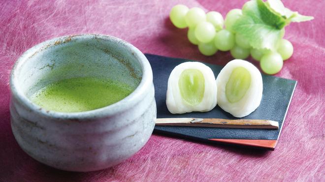 ラウンジ kinkei - 料理写真:季節の和菓子(シャインマスカット大福)
