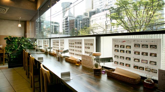 PASTA of LIFE - 内観写真:内観 新宿のビル街を一望できるカウンター席