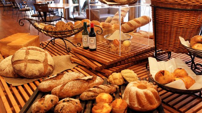 ベーカリー&テーブル 東府や 足湯カフェ - 料理写真:【Bakery&Table】国産石臼挽き小麦にこだわったパン