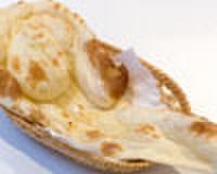 シディークパレス - 料理写真:長さ40センチほどの特大ナン。ふわふわのあつあつをドウゾ!!