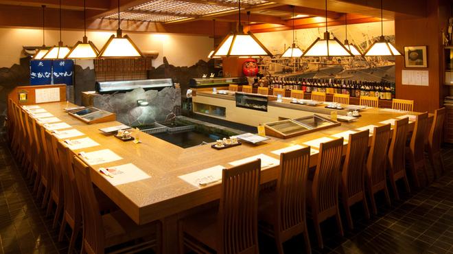 魚将 さかなちゃん - 内観写真:総席数が270を超えるこのお店には、お座敷、テーブル席、そしてセンターに生け簀があるカウンター席など、多彩なダイニングがあります。宴会、記念日など、様々なシーンにご利用いただけます。