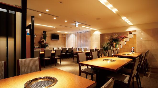 食楽苑 金魚 - 内観写真:7Fテーブル席はゆったりとした配置。無煙ロースターで匂いの心配は無し!