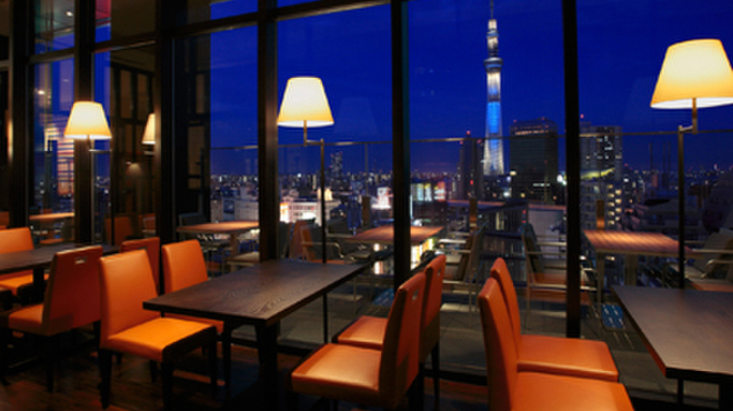 R レストラン&バー - 内観写真:窓際に面したホール席。スカイツリーと浅草の景色を楽しみながら、会話も弾みます。