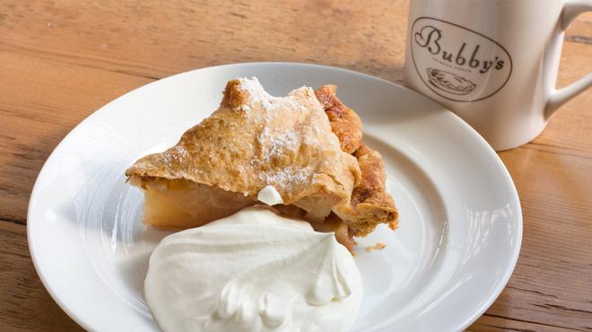 バビーズ - 料理写真:バビーズの定番アップルパイ。1カットに2個もりんごが入っています。