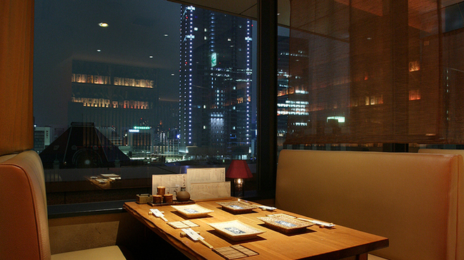 東京 今井屋本店 - 内観写真:東京駅の夜景を望む人気の席
