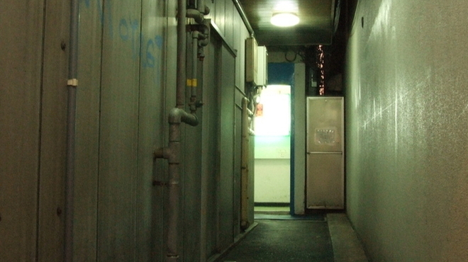 B-ONE - 外観写真:仏壇通りから、ビルの細い路地に入っていきます