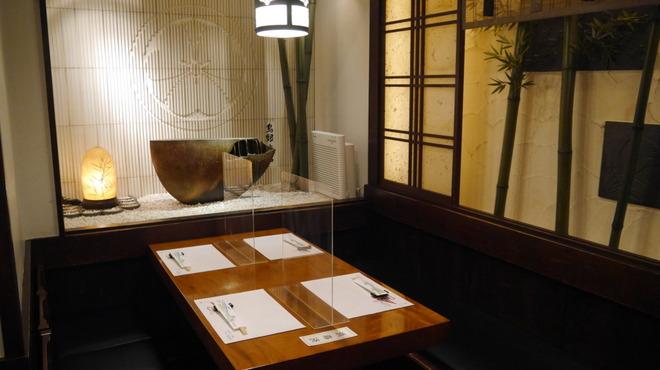 鳥銀本店 - 内観写真:本店 テーブル席
