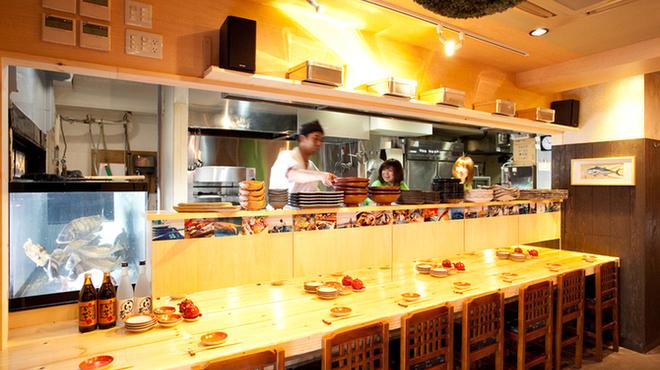 御茶ノ水イカセンター - 内観写真:広々としたカウンターは、足しげく通う味のわかる常連が集う空間。板長との会話も特等席!