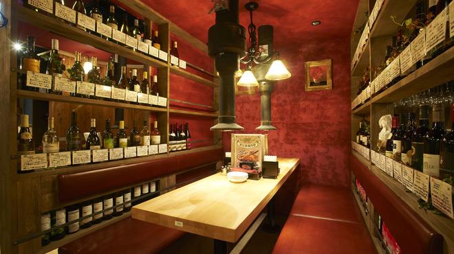 新日本焼肉党 - 内観写真:ワインボトルに囲まれた半個室