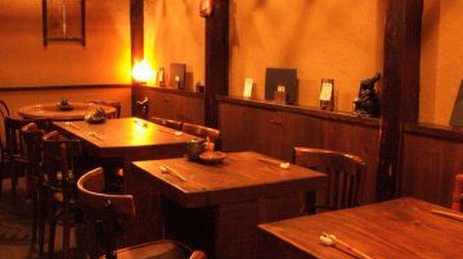 創作和風料理 荻窪 卯 - 内観写真:《1階席》 アンティークの木製テーブル席