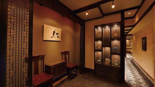 鳥蔵 - 内観写真:店内の入口には趣きのある調度品が並ぶ