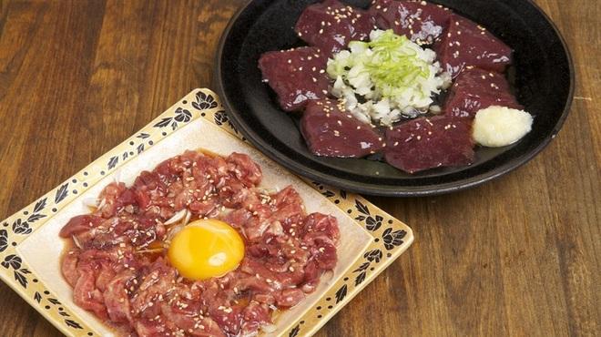 フレッシュホルモン かびら - 料理写真:牛たんユッケ  新鮮 生レバー焼き