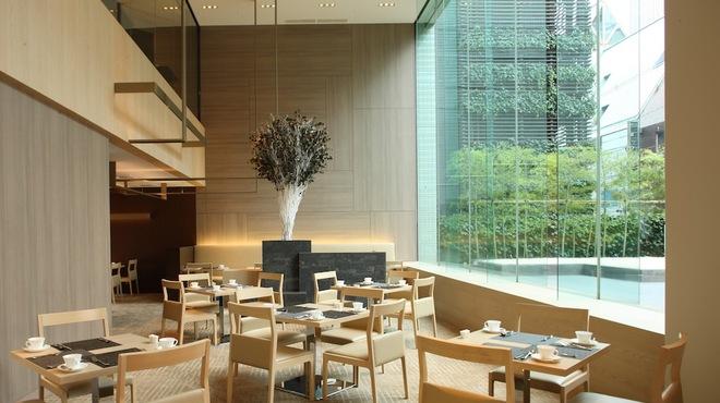 カフェ・イン・ザ・パーク - 内観写真:開放的で上品な店内は、フランス人デザイナーによるもの。