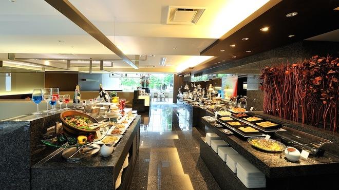 カフェ・イン・ザ・パーク - 内観写真:たくさんのブッフェ料理が並ぶカウンターと、オープンキッチン。シェフが目の前で切り分けるカービングサービスなどもご提供いたします。