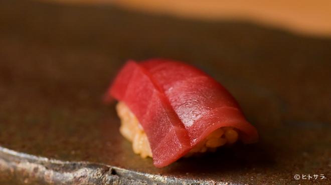 熟成鮨 万 - 料理写真:熟成させるため、熟成できるマグロを選ぶ