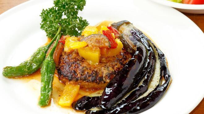 サラダの店サンチョ - 料理写真:期間限定『たっぷり夏野菜のハンバーグとサラダ』