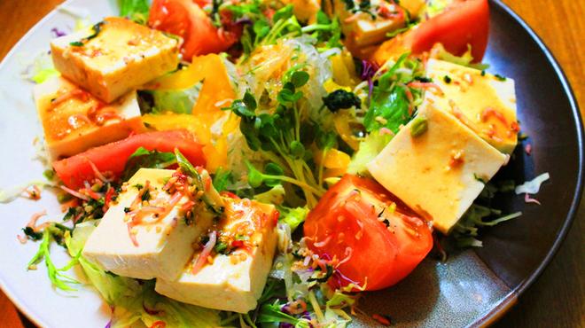 海八 - 料理写真:島豆腐をふんだんに使ったサラダ!ヘルシーですっきり!