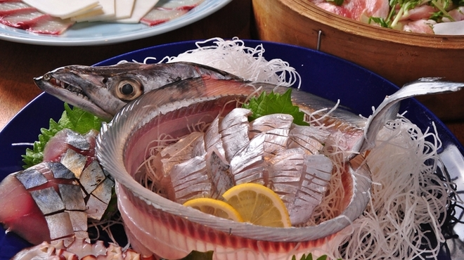 魚樽 - 料理写真:宴会4000円コース フリードリンク付き 《コース内容 全8品》 鮮度抜群!アジ姿造りと3種盛+もみじ豚ロース蒸ししゃぶ+鱈チリ鍋付