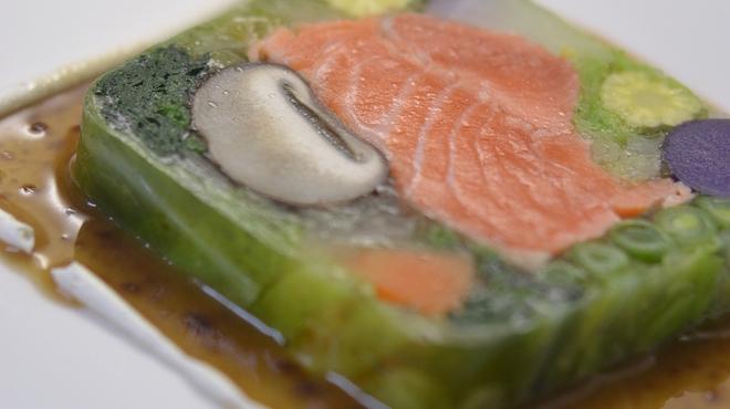 ピッツェリア ピッキ - 料理写真:長野竹内農園さん野菜とノルウェーサーモンのテリーヌ、バルサミコソース 950円