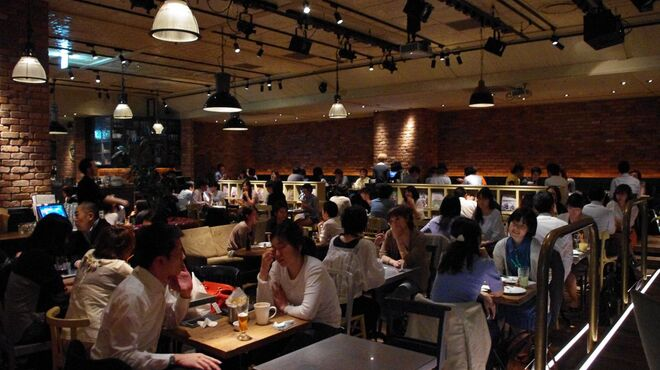 ブルックリンパーラー - 内観写真:時間によって店内照明も変ります。様々な利用シーンに合わせてお使いください。
