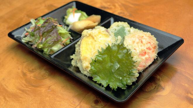 """石臼十割そば 森久 - 料理写真:""""1回だけ""""サラダ・漬物・天ぷら盛り放題です。"""