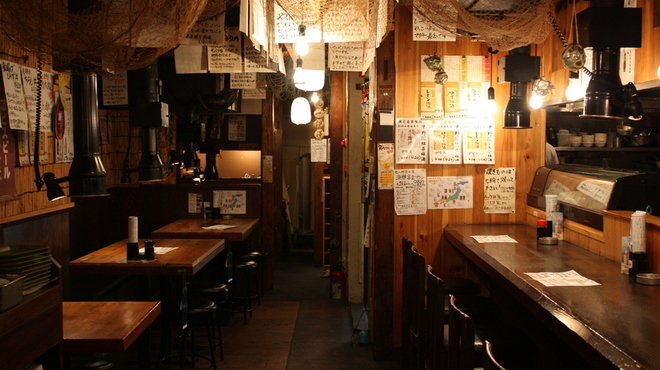 丸一伊澤水産 - 内観写真:カウンター6席、テーブル4名席×6テーブル!10名まで宴会可能!