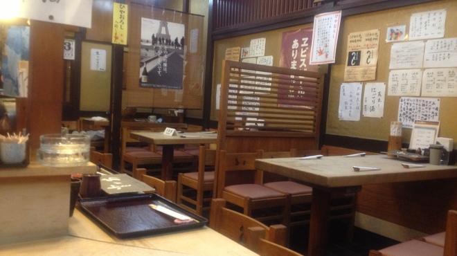 とり安 - 内観写真:昔ながらの 白木のカウンターとテーブル席、ご予約も承ります。