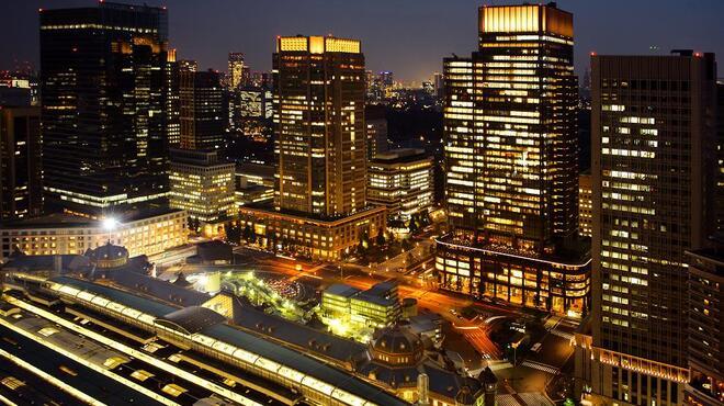 ピャチェーレ - 外観写真:店内の大きな窓の向こうに広がるのは、メトロポリス東京の煌めく夜景と100年前の姿に生まれ変わった東京駅