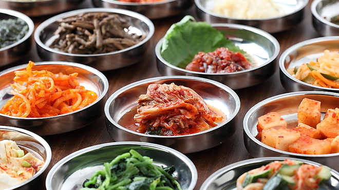 南屋韓国食堂 - 料理写真:色々な本格韓国惣菜の小皿でタパス感覚で