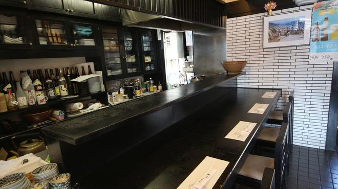 和み処 真 - 内観写真:店主に今日のオススメを聞きながら楽しめる人気のカウンター席。全4席。