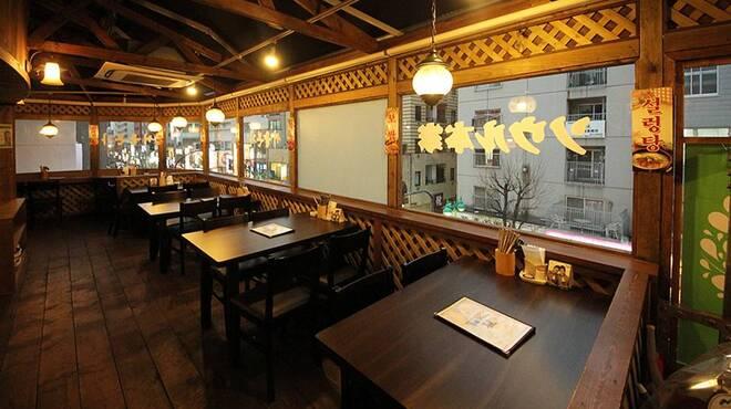 ソウル本家 - 内観写真:3F客席はテーブル席、新大久保の通りを一望できます