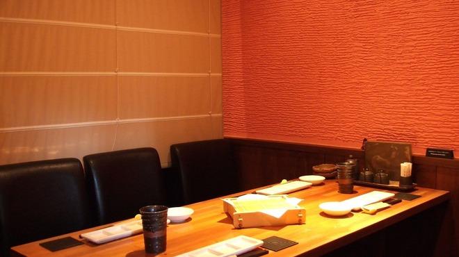 彩華 - 内観写真:テーブル席は仕切りを作った半個室風 ゆったりと食事をお楽しみ頂けます