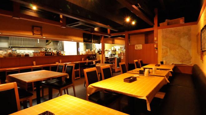オステリア ヴィン カフェ - 内観写真:店内の照明は暖色系 落ち着いてお食事をお楽しみ頂けます