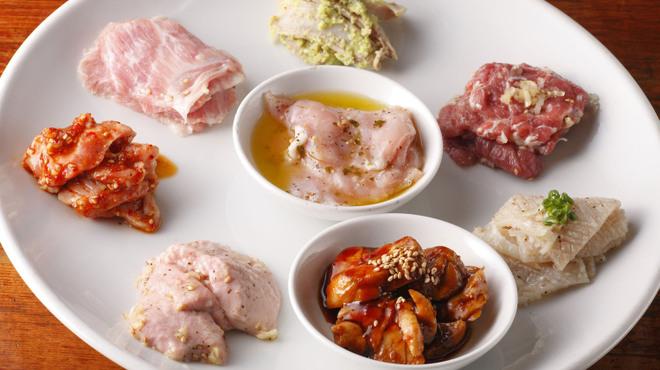 新宿ホルモン - 料理写真:ホルモン8種盛り合わせ