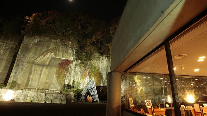 フレンチレストラン Nature - 内観写真:建物の奥に見えるトンネル。さらに遠い月が幻想的に照らします