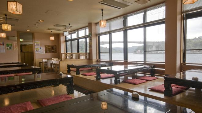 お魚処 玄海 - 内観写真:窓から呼子湾が一望できます