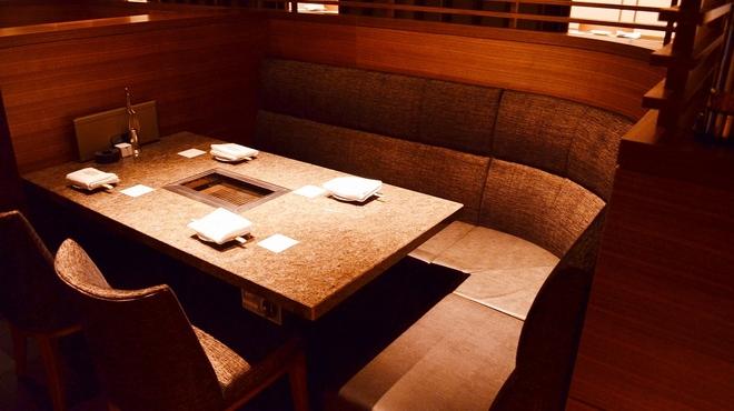 焼肉チャンピオン - 内観写真:5名様までゆったり掛けることができるソファー席。その他、ファミリーも安心して食事が楽しめる個室を完備。