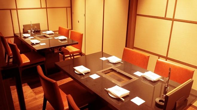 焼肉チャンピオン - 内観写真:4名様~10名様用個室。忘新年会や家族でのお食事など様々なシーンでご利用いただけます。