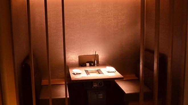 焼肉チャンピオン - 内観写真:2名掛けの半個室。デートにもぴったり。