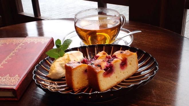 新宿御苑 ろまん亭 - 料理写真:杏のパウンド 紅茶set  ¥680