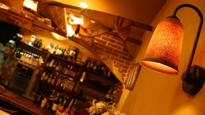 グラード - 内観写真:1人でプラッと飲みに来ても大丈夫。カウンター席もあり、気配りできるスタッフさんとの会話もGOOD!