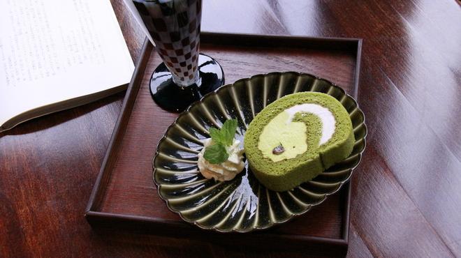 新宿御苑 ろまん亭 - 料理写真:抹茶ロールケーキ 480円