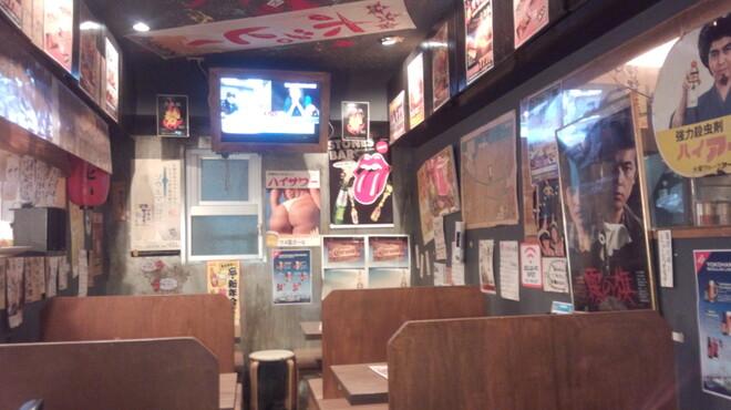 勢 - 内観写真:昭和の雰囲気漂う店内は懐かしい代物がいっぱいです。