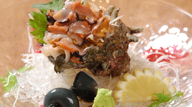 浜焼き しんちゃん - 料理写真: 活サザエの刺身 680円