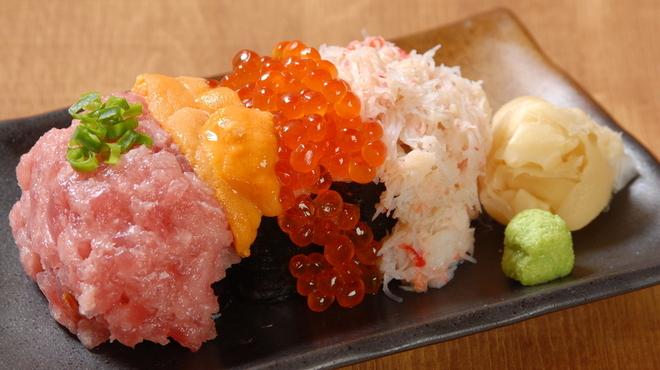 浜焼き しんちゃん - 料理写真:贅沢4種盛り寿司 1580円