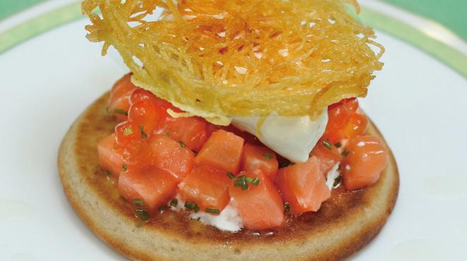 レスパス - 料理写真:Blini et saumon fumé maison et à la crème aigre 自家製スモークサーモンとブリニのガトー