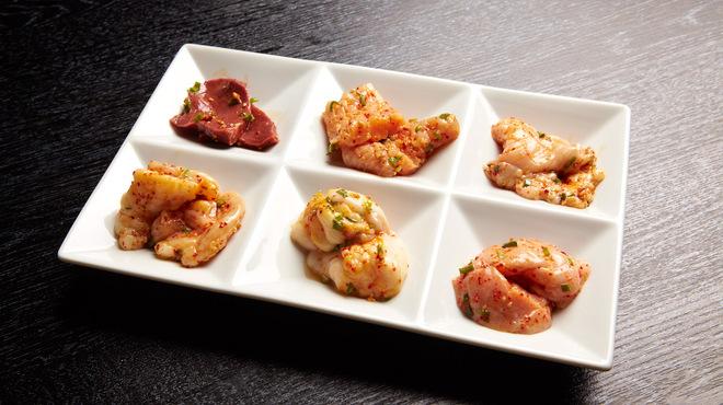 焼肉チャンピオン - 料理写真:ホルモン盛合せ。少量ずづいろいろな部位を食することができる。