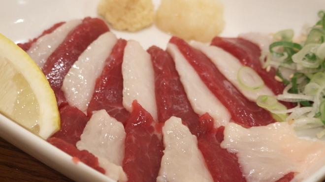 ホルモン とら屋 - 料理写真:リピーター続出!熊本県産の紅白馬刺し!専用ダレでどうぞ♪