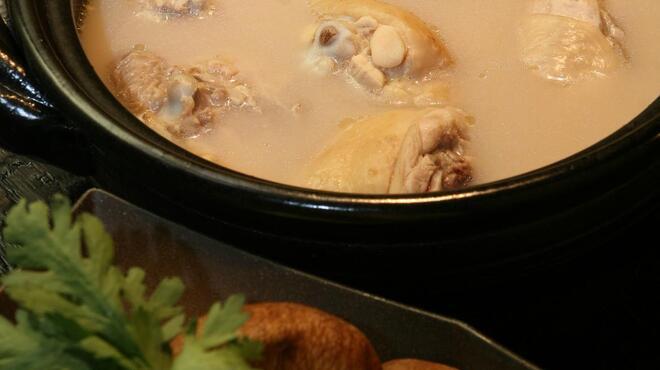ぶあいそ - 料理写真:「博多水炊き」毎日8時間かけて仕込む白濁濃厚鶏スープは飲み干したい程。