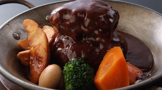 洋食亭 おおはし - 料理写真:《ビーフシチューのせ煮込みハンバーグ》 どっちも食べたい、食いしん坊さんへ♪